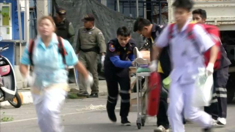 Une équipe de secours évacue une personne blessée lors d'une explositon à Hua Hin (Thaïlande), vendredi 12 août 2016. (REUTERS TV / REUTERS)