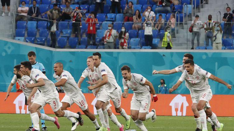 Les Espagnols célèbrent leur qualification face à la Suisse, le 2 juillet àSaint-Pétersbourg (MAXIM SHEMETOV / AFP)