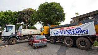 Un barrage routier, à Cayenne (Guyane), le 26 mars 2017. (JODY AMIET / AFP)