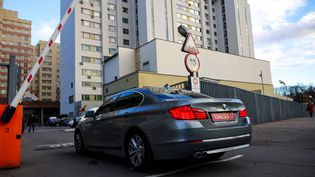 Une voiture diplomatique à l'entrée dubâtimentde l'Otan à Moscou (Russie), le 18 octobre 2021. (DIMITAR DILKOFF / AFP)