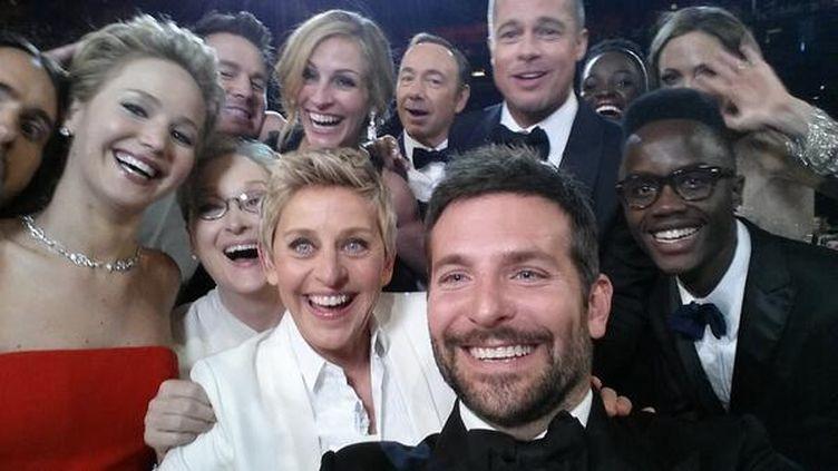 """Le """"selfie"""" pris par Ellen DeGeneres lors de la 86e cérémonie des Oscars à Hollywood (Etats-Unis), le 2 mars 2014. (@THEELLENSHOW / TWITTER)"""