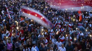 Des manifestants à Minsk (Biélorussie) rassemblés contre la réélection d'Alexandre Loukachenko, le 20 août 2020. (SERGEI GAPON / AFP)