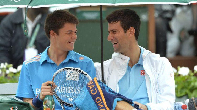 Novak Djokovic fait le show avec un ramasseur de balles (MIGUEL MEDINA / AFP)