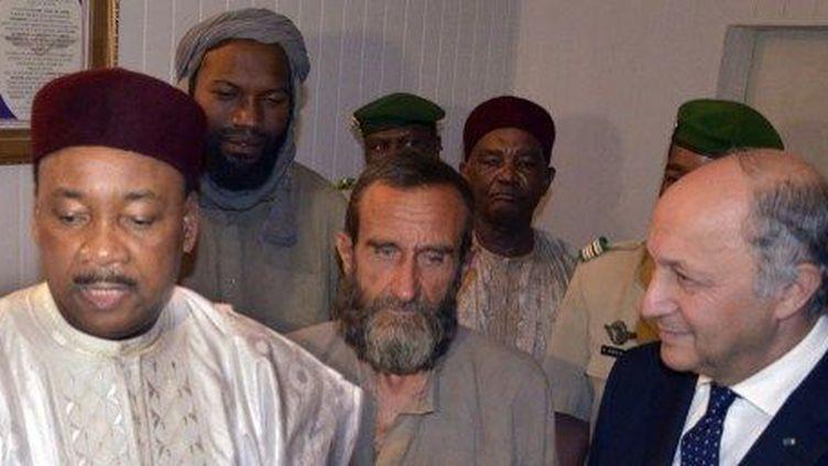 Le président Issoufou et Laurent Fabius, chef de la diplomatie française, accueillent les otages à leur arrivée à Niamey. (AFP/Hama Boureima)