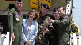 Emmanuel Macron, accompagné par la ministre de la Défense, Florence Parly, et par le chef d'état-major des armées, François Lecointre, le 20 juillet 2017, sur la base aérienne d'Istres (Bouches-du-Rhône). (ARNOLD JEROCKI / AFP)