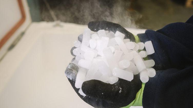 """Des """"sticks"""" de glace carbonique produits par la société Carbonord, qui permettent le transport à -70°C de doses de vaccin. (ARNAUD DUMONTIER / MAXPPP)"""