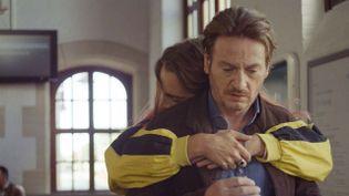 """""""Lola vers la mer"""", un film d'amour entre un père et son fils qui veut devenir une fille (CAPTURE D'ÉCRAN FRANCE 3)"""