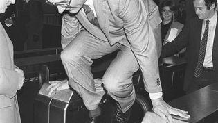 Le 5 décembre 1980, Jacques Chirac, alors maire de Paris, enjambe un portillon du RER. Cette photo sera détournée à de nombreuses reprises, notamment pour illustrer la fraude dans le métro. (JEAN-CLAUDE DELMAS / AFP)