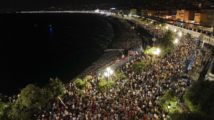 Des personnesrassemblées à Nice pour écouterleDJ français The Avener lors d'un concert, le 11 juillet 2020, à Nice (Alpes-Maritimes). (YANN COATSALIOU / AFP)