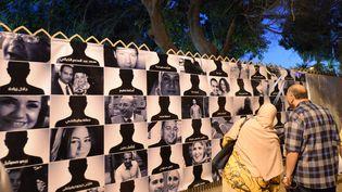 Posters des 66 victimes du crash de l'avion EgyptAir au Caire en Egypte, le 26 mai 2016. (KHALED DESOUKI / AFP)