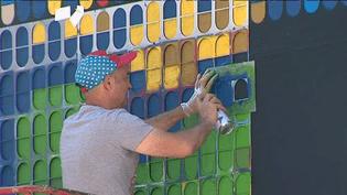 L'artiste Speedy Graphito en résidence à Dijon pendant 3 jours pour réaliser sa fresque génate sur le nouveau M.U.R de la capitale bourguignonne.  (Culturebox - capture d'écran)