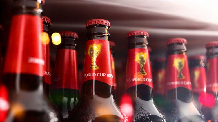 Des bouteilles de bière spéciales Coupe du monde 2018 dans un bar à Moscou (Russie), le 13 juin 2018. (ROBBIE JAY BARRATT - AMA / GETTY IMAGES EUROPE)