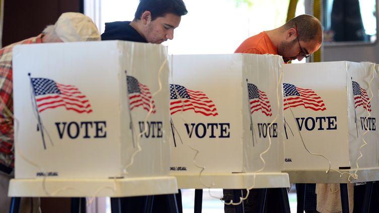 Des électeurs enregistrent leur vote à Alhambra, en Californie (Etats-Unis), le 6 novembre 2012. (FREDERIC J. BROWN / AFP)