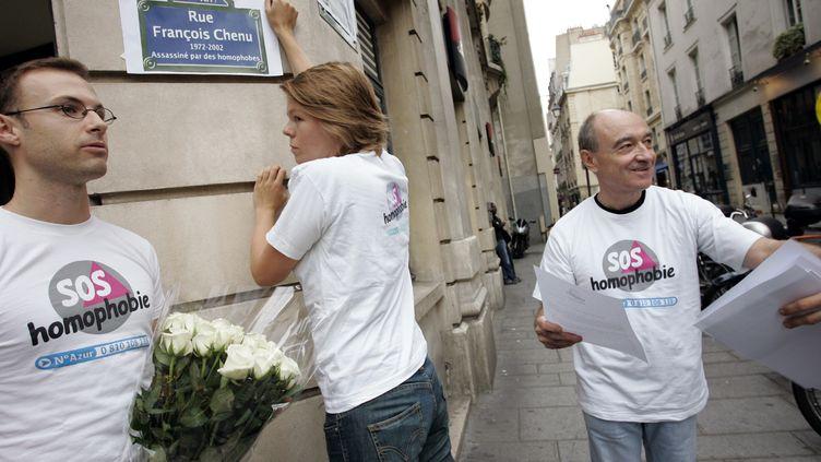 Des militants de SOS Homophobie participent, le 13 septembre 2005 à Paris, à une action en vue de rebaptiser une rue en hommage à François Chenu, un homosexuel tué en septembre 2002 à Reims. (BERTRAND GUAY / AFP)