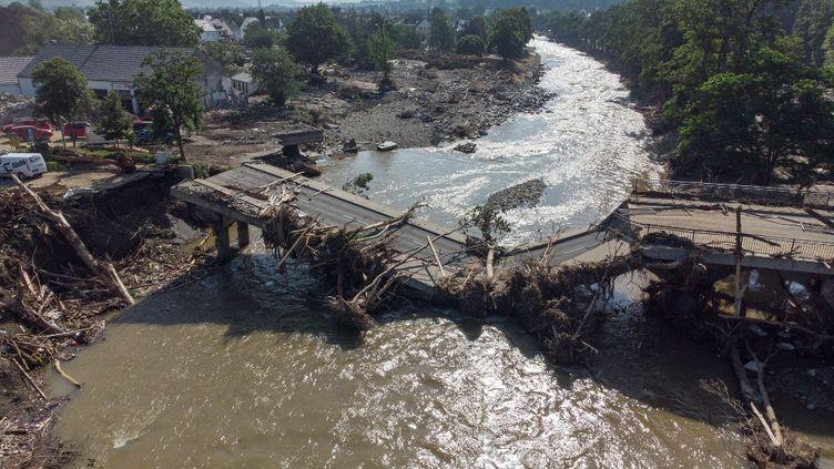 Une vue aérienne montre un pont sur la rivière Ahr détruit par les inondations à Ahrweiler, dans l'état de Rhénanie-Palatinat, en Allemagne, le 18 juillet 2021. (BORIS ROESSLER / DPA / AFP)