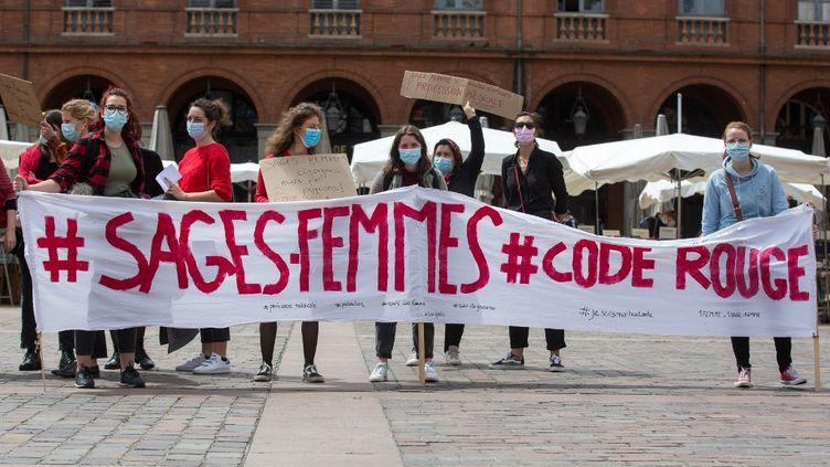Une manifestation lors de la journée internationale de la sage-femme à Toulouse (Haute-Garonne), le 5 mai 2021. (FREDERIC SCHEIBER / HANS LUCAS / AFP)