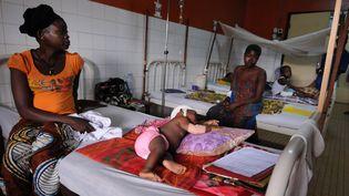 Des survivants de l'attaque survenue dans la nuit du 2 au 3 décembre, à Boali, dans un hôpital de Bangui, en Centrafrique, mercredi 4 décembre 2013. (SIA KAMBOU / AFP)