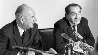 Gaston Defferre (à gauche) et Pierre Mendes France lors d'une conférence de presse, le 27 mai 1969. (STAFF / AFP)