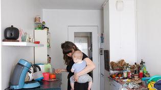 Une mère célibataire avec son fils dans sa cuisine, à Nantes, le 19 juin 2018. (VALERIE PINARD / HANS LUCAS)