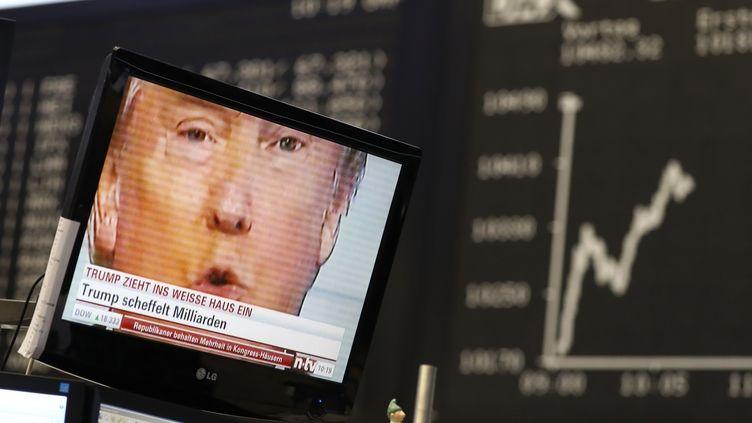 Un écran de télévision montre le visage de Donald Trump, dans les locaux de la Bourse de Francfort (Allemagne), le 9 novembre 2016. (? KAI PFAFFENBACH / REUTERS / X00446)