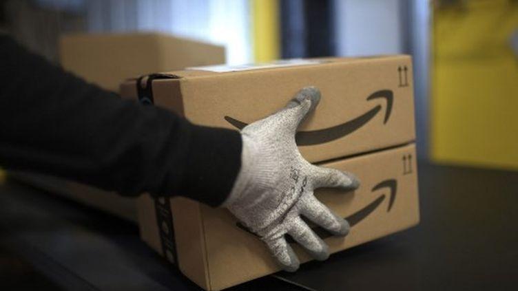 Un employé d'Amazon, le 17 décembre 2019 àMoenchengladbach (Allemagne). (INA FASSBENDER / AFP)