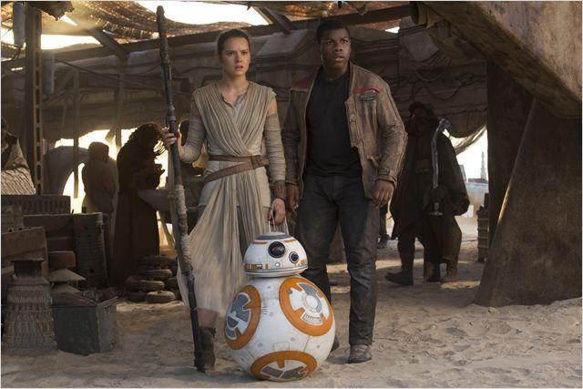 """Rey, Finn et BB-8 dans """"Star Wars""""  (Lucasfilm Ltd. & TM. All Right Reserved)"""