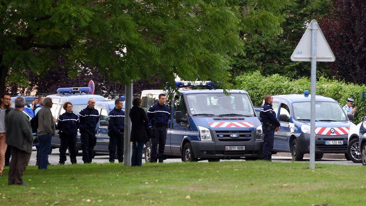 Des gendarmes montent la garde sur les lieux de la fusillade, le 25 août 2015 à Roye (Somme). (PHILIPPE HUGUEN / AFP)