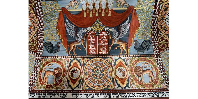 Détail du plafond reconstitué d'une synagogue du XVIIIe siècle, détruite par les nazis, actuellement sur le territoire ukrainien  (Janek Skarzynski / AFP)