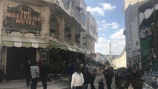 """Le """"Walled Off Hotel"""" de l'artiste Bansky, construit à l'ombre du mur de séparation, en Cisjordanie (mars 2017). (Marine Vlahovic / Radio France)"""