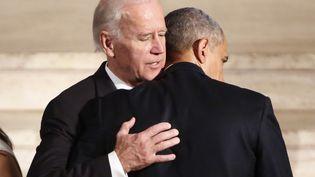Joe Biden et Barack Obama, le 6 juin 2015, à Wilmington (Etats-Unis). (YURI GRIPAS / AFP)