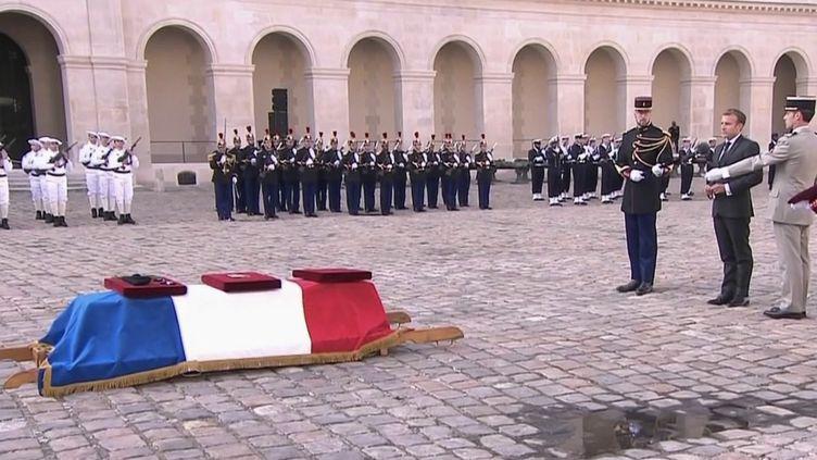 La nation a rendu hommage, mercredi 29 septembre, au sergent Maxime Blasco, tué lors d'une opération de Barkhane au Mali le 24 septembre. La cérémonie, présidée par Emmanuel Macron, a eu lieu aux Invalides, à Paris. (FRANCE 2)