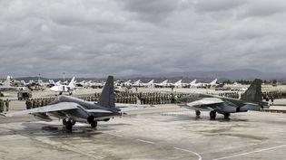Des avions des armées russes et syriennes sur la base d'Hmeymim, en Syrie, le 15 mars 2016. (REUTERS)