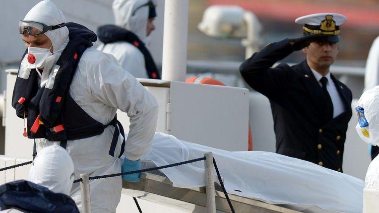 Le corps d'un migrant mort lors d'un naufrage en Méditerranée est rapatrié à L'Isla (Malte), le 20 avril 2015. (MATTHEW MIRABELLI / AFP)