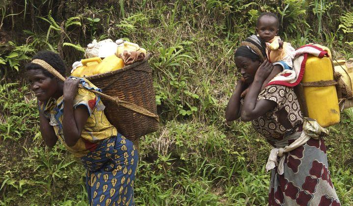 Population fuyant les combats dans le Masisi ( province du Kivu ) le 4 Octobre 2013 (Photo Reuters/Kenny Katombe)