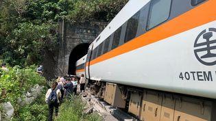 Plusieurs passagers du train qui a déraillé à proximité d'un tunnel, dans les montagnes de Hualien (Taiwan), le 2 avril 2021. (HANDOUT / CENTRAL EMERGENCY OPERATION CENT / AFP)