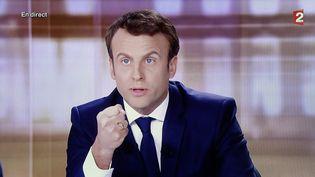 Emmanuel Macron prend la parole pendant le débat d'entre-deux-tours, le 3 mai 2017, face à Marine Le Pen. (MAXPPP)