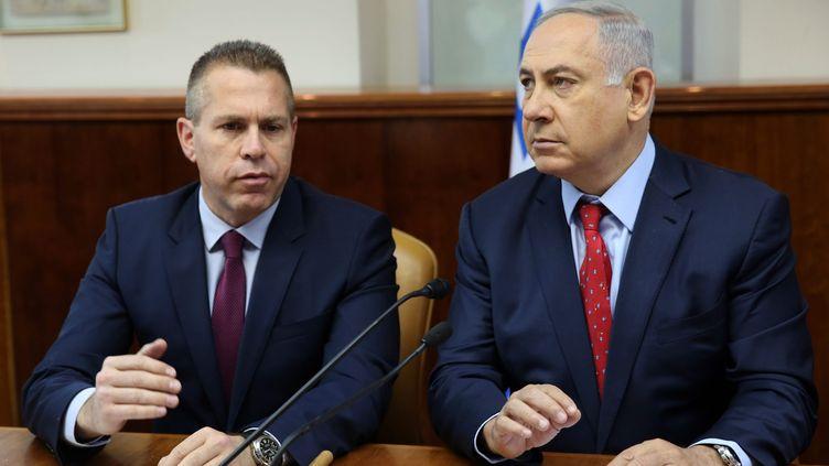 Le Premier ministre israélien Benjamin Netanyahu (à dr.) et le ministre israélien de la Sécuritépublique Gilad Erdan à Jérusalem, le 10 avril 2016. (GALI TIBBON / AFP)
