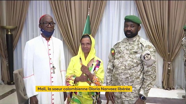 La sœur colombienne Gloria Cecilia Navarez pose aux côtés du président malien par intérim, le colonel Assimi Goïta, et de l'archévêque de Bamako, Jean Zerbo, à Bamako (Mali) après sa libération, le 9 octobre 2021 (FRANCEINFO)