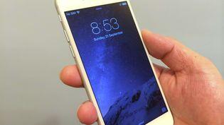 Le dernier smartphone d'Apple, l'iPhone 6, présenté à Hong Kong (Chine), le 21 septembre 2014. (MARTIN LAW / SIPA)