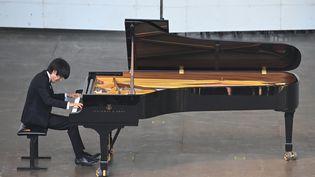 Le pianiste russe Dmitry Sin joue le 5 août 2019 au festival de piano de La Roque d'Anthéron (Bouches-du-Rhône, France). (GERARD JULIEN / AFP)