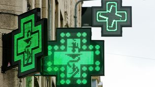 Lesenseignes lumineuse de pharmacie à Lille (Nord), le 11 avril 2013. (PHILIPPE HUGUEN / AFP)