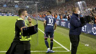 Neymar, protégé par les forces de sécurité avant de tirer un corner au stade Vélodrome, dimanche. (JEAN CATUFFE / JEAN CATUFFE)