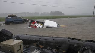 Des véhicules sont emportés par les eaux àLumberton (Caroline du Nord), le 15 septembre 2018, après le passage de la tempête Florence. (ALEX EDELMAN / AFP)