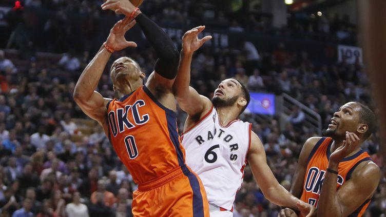 Russell Westbrook à la lutte avec Corey Joseph sous le regard de Kevin Durant (? USA TODAY SPORTS / REUTERS / X02835)