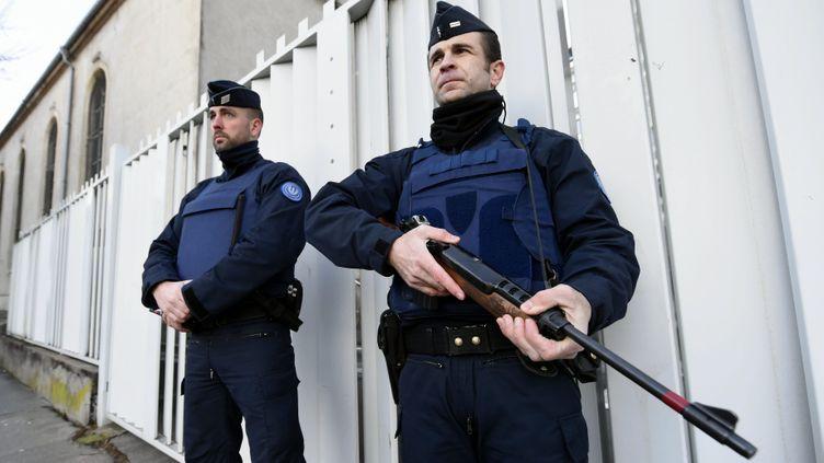 (Des militaires en faction devant la synagogue de Nancy, suite au renforcement du Vigipirate après les attentats contre Charlie Hebdo et l'Hyper Cacher © MaxPPP)