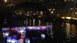 Des lanternes sont déposées sur le canal Saint Martin à Paris en hommage aux victimes du 13-Novembre, dimanche 13 novembre 2016. (ELISE LAMBERT/FRANCEINFO)