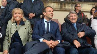 Emmanuel Macron, ministre de l'Economie au Puy du Fou en Vendée en présencede sa femme et Philippe De Villiers, le 19 août2016 (MAXPPP)