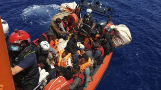 51 migrants secourus par le bâteau Ocean Viking, au large de l'île de Lampedusa, le 25 juin 2020. (SHAHZAD ABDUL / AFP)