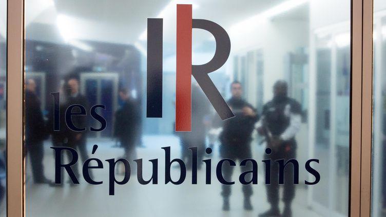 Des policiers attendent dans le hall du siège du parti Les Républicains, le 14 décembre 2015, dans le 15e arrondissement de Paris. (MAXPPP)