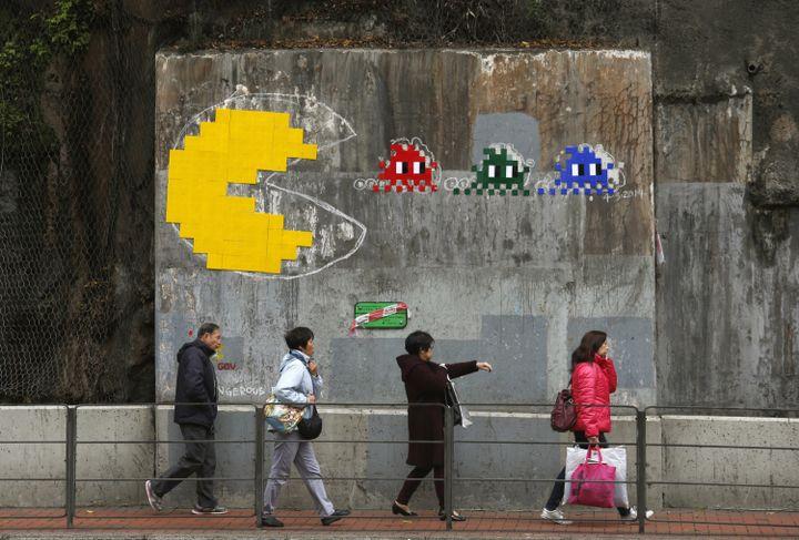 Une création de l'artiste français Invader sur un mur de la ville de Hong Kong, le 7 mars 2014. (BOBBY YIP / REUTERS)